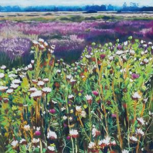 Dit schilderij kopen van de kunstenaar Adriana Mast gemaakt van pastel op papier toont een heidelandschap met distels
