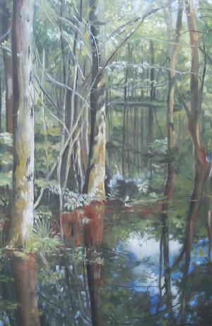 Dit schilderij van Adriana Mast in pastel op doek geeft een inkijkje van een broekbos weerspiegeld in water in groene tinten